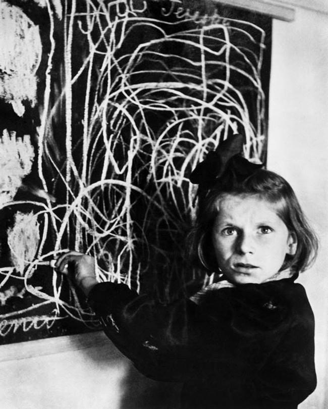 Bé gái vẽ nhà với ánh mắt vô hồn: Minh chứng cho sự tàn khốc của chiến tranh in hằn lên tâm hồn trẻ thơ - Ảnh 2.
