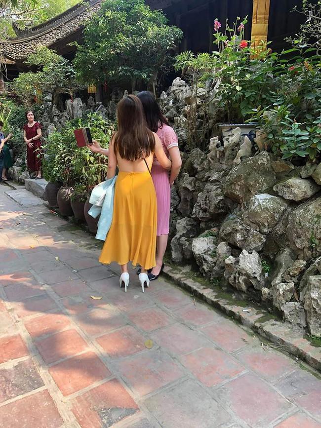 Cô gái trẻ mặc váy mỏng, hở cả nửa phần lưng đi lễ chùa dịp đầu năm khiến nhiều người phải nhíu mày bức xúc - Ảnh 1.