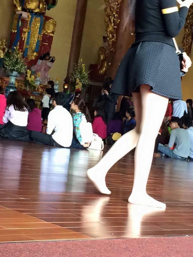 Cô gái trẻ mặc váy mỏng, hở cả nửa phần lưng đi lễ chùa dịp đầu năm khiến nhiều người phải nhíu mày bức xúc - Ảnh 3.
