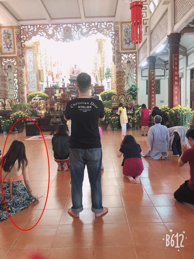 Cô gái trẻ mặc váy mỏng, hở cả nửa phần lưng đi lễ chùa dịp đầu năm khiến nhiều người phải nhíu mày bức xúc - Ảnh 4.
