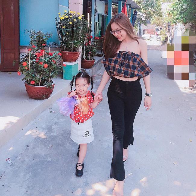 Mặc sexy thì bị chê phản cảm, bạn gái Quang Hải đáp trả ẩn ý bằng cách mặc áo của bố cho kín đáo - Ảnh 2.