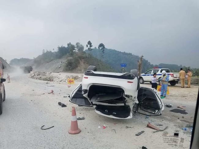 Yên Bái: Xế hộp lộn nhiều vòng trên cao tốc, 3 người nhập viện - Ảnh 1.