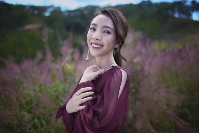 Chị Mười Ba Thu Trang du xuân Đà Lạt, đẹp dịu dàng nổi bật giữa rừng hoa  - Ảnh 3.