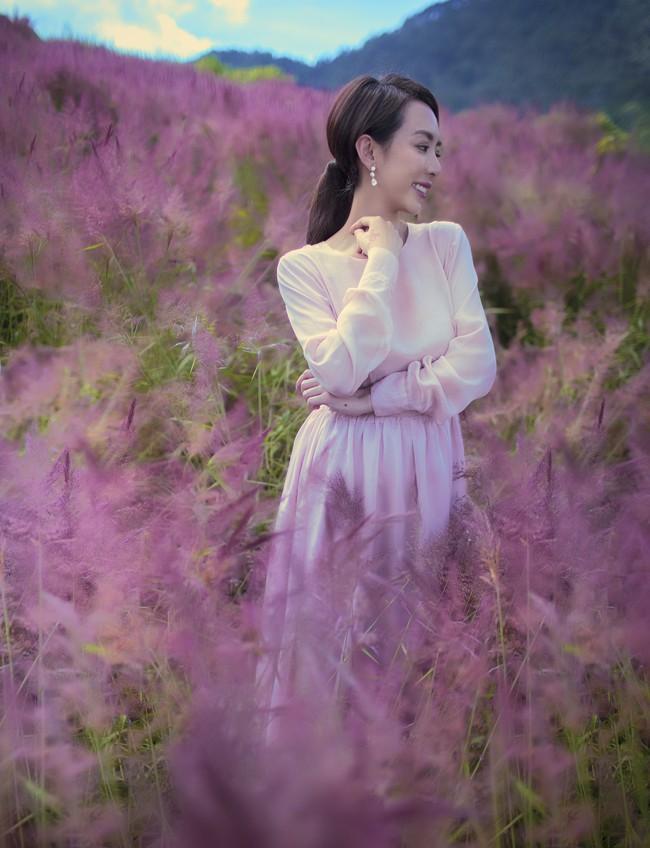 Chị Mười Ba Thu Trang du xuân Đà Lạt, đẹp dịu dàng nổi bật giữa rừng hoa  - Ảnh 4.