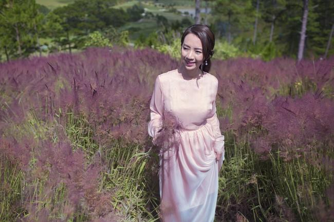 Chị Mười Ba Thu Trang du xuân Đà Lạt, đẹp dịu dàng nổi bật giữa rừng hoa  - Ảnh 5.