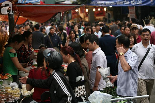Hà Nội: Phủ Tây Hồ đông nghẹt thở, dân công sở ùn ùn kéo đến làm lễ đầu năm - Ảnh 1.