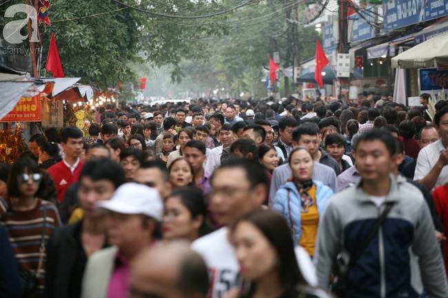 Hà Nội: Phủ Tây Hồ đông nghẹt thở, dân công sở ùn ùn kéo đến làm lễ đầu năm - Ảnh 3.