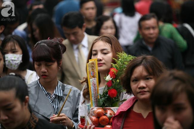Hà Nội: Phủ Tây Hồ đông nghẹt thở, dân công sở ùn ùn kéo đến làm lễ đầu năm - Ảnh 4.
