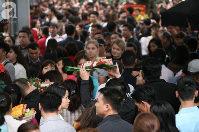 Hà Nội: Phủ Tây Hồ đông nghẹt thở, dân công sở ùn ùn kéo đến làm lễ đầu năm - Ảnh 5.