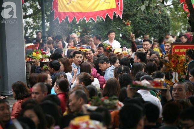 Hà Nội: Phủ Tây Hồ đông nghẹt thở, dân công sở ùn ùn kéo đến làm lễ đầu năm - Ảnh 6.