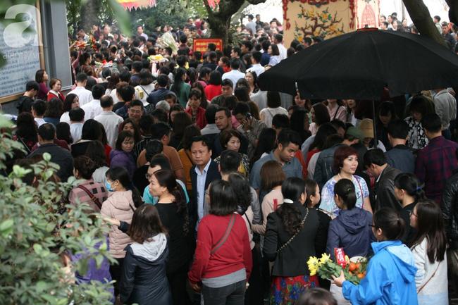 Hà Nội: Phủ Tây Hồ đông nghẹt thở, dân công sở ùn ùn kéo đến làm lễ đầu năm - Ảnh 7.