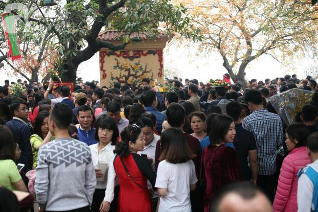 Hà Nội: Phủ Tây Hồ đông nghẹt thở, dân công sở ùn ùn kéo đến làm lễ đầu năm - Ảnh 8.