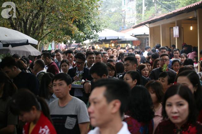 Hà Nội: Phủ Tây Hồ đông nghẹt thở, dân công sở ùn ùn kéo đến làm lễ đầu năm - Ảnh 9.