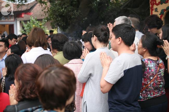 Hà Nội: Phủ Tây Hồ đông nghẹt thở, dân công sở ùn ùn kéo đến làm lễ đầu năm - Ảnh 10.