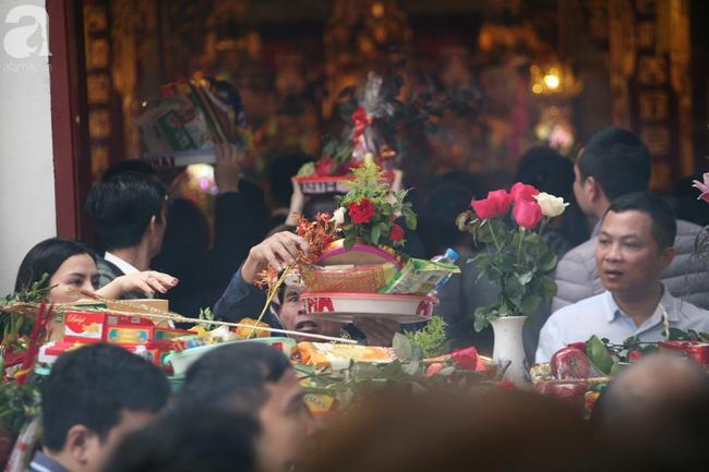 Hà Nội: Phủ Tây Hồ đông nghẹt thở, dân công sở ùn ùn kéo đến làm lễ đầu năm - Ảnh 11.