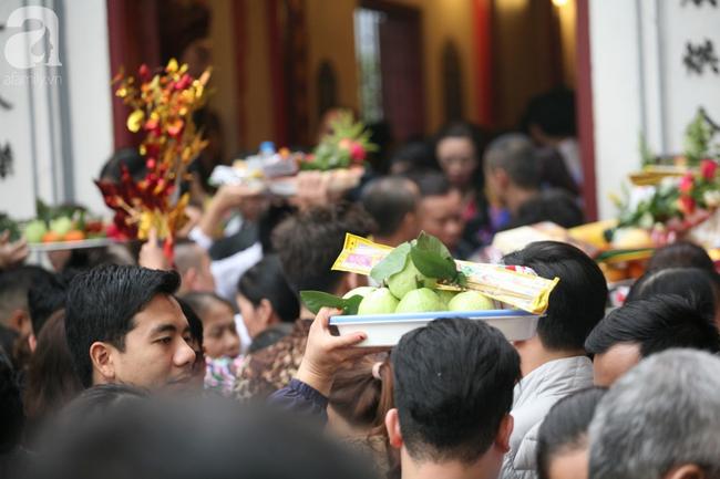 Hà Nội: Phủ Tây Hồ đông nghẹt thở, dân công sở ùn ùn kéo đến làm lễ đầu năm - Ảnh 12.