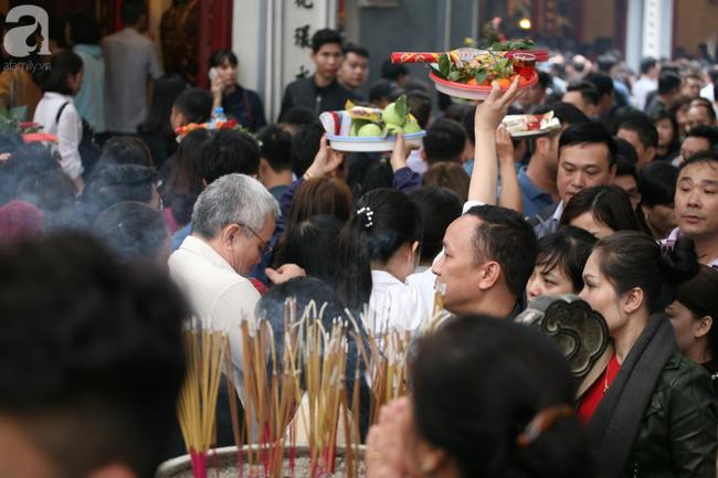 Hà Nội: Phủ Tây Hồ đông nghẹt thở, dân công sở ùn ùn kéo đến làm lễ đầu năm - Ảnh 13.
