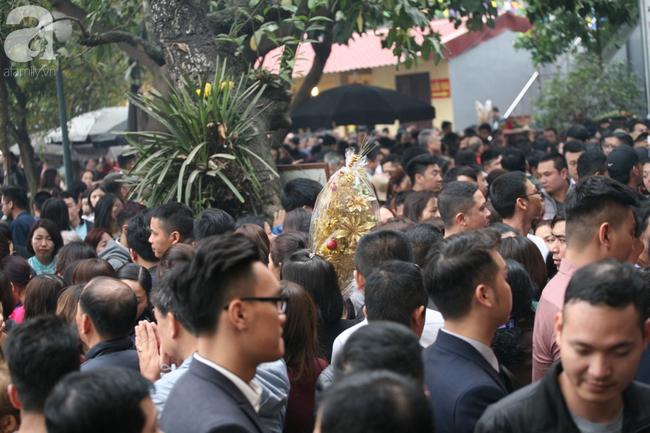 Hà Nội: Phủ Tây Hồ đông nghẹt thở, dân công sở ùn ùn kéo đến làm lễ đầu năm - Ảnh 14.