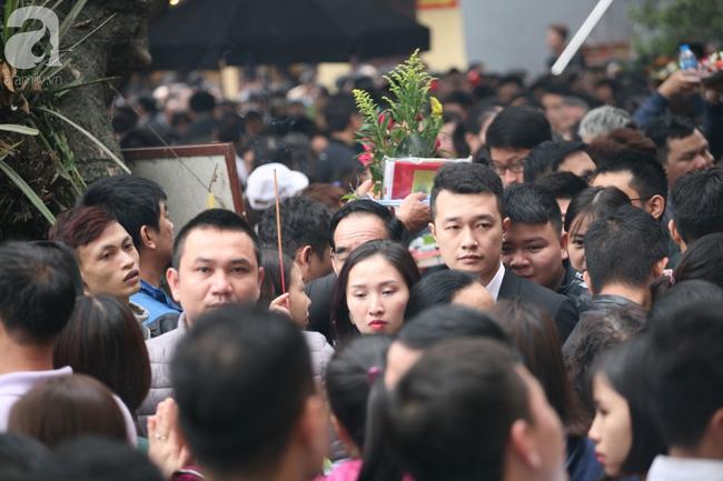 Hà Nội: Phủ Tây Hồ đông nghẹt thở, dân công sở ùn ùn kéo đến làm lễ đầu năm - Ảnh 15.