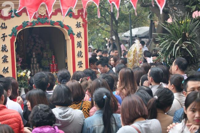 Hà Nội: Phủ Tây Hồ đông nghẹt thở, dân công sở ùn ùn kéo đến làm lễ đầu năm - Ảnh 17.