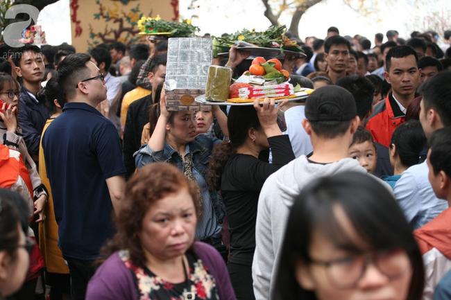 Hà Nội: Phủ Tây Hồ đông nghẹt thở, dân công sở ùn ùn kéo đến làm lễ đầu năm - Ảnh 18.