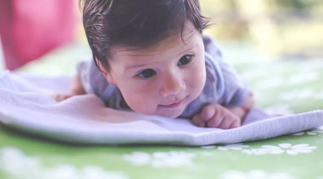 Mẹ đừng lo khi thấy bé hay nằm sấp, tư thế ngủ ấy tưởng không lợi mà lợi không tưởng, tránh bệnh tật hiệu quả - Ảnh 1.