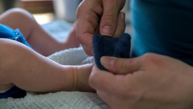 Sờ thấy chân con lúc nào cũng lạnh ngắt cha mẹ có nên quá lo lắng không? Và đây chính là lời khuyên đầy bất ngờ của bác sĩ nhi khoa - Ảnh 1.