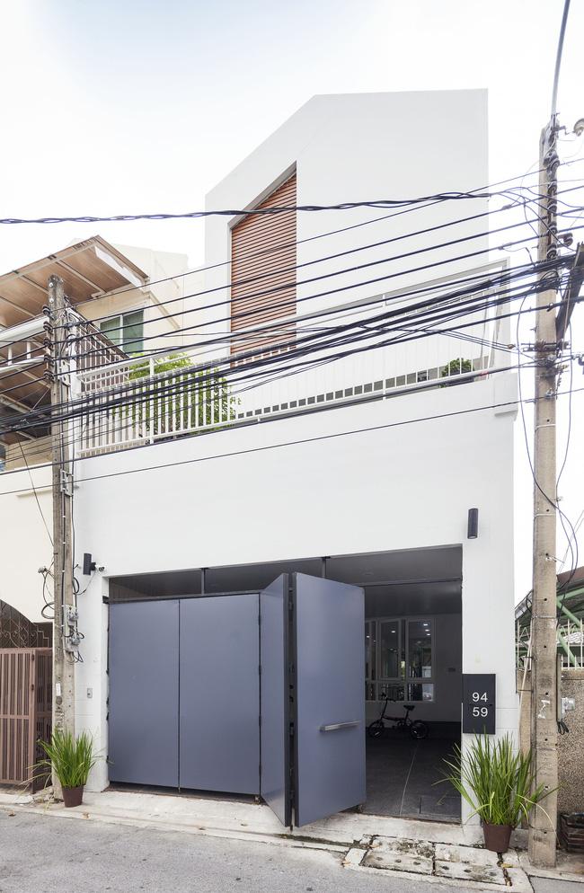 Sau 15 năm bỏ hoang, ngôi nhà 300m² được cặp vợ chồng trẻ hồi sinh cực hiện đại lại có vườn bonsai đáng mơ ước ở ban công - Ảnh 1.