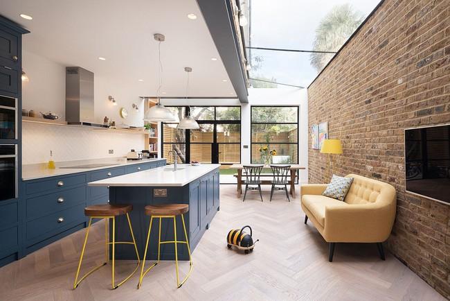Chỉ với 3 vật liệu đơn giản, kiến trúc sư đã giúp ngôi nhà chật chội này có lối thoát tài tình - Ảnh 1.