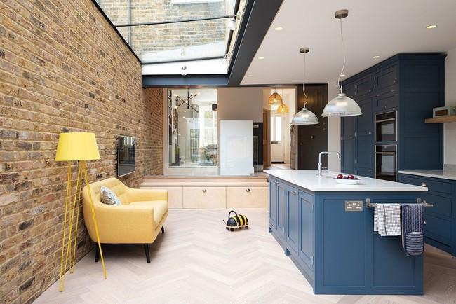 Chỉ với 3 vật liệu đơn giản, kiến trúc sư đã giúp ngôi nhà chật chội này có lối thoát tài tình - Ảnh 4.