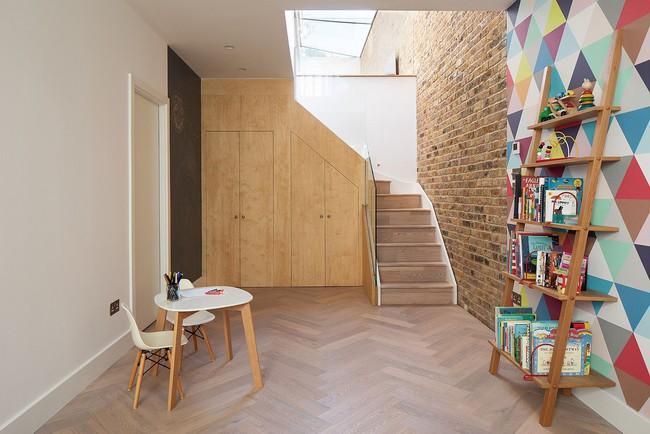 Chỉ với 3 vật liệu đơn giản, kiến trúc sư đã giúp ngôi nhà chật chội này có lối thoát tài tình - Ảnh 6.