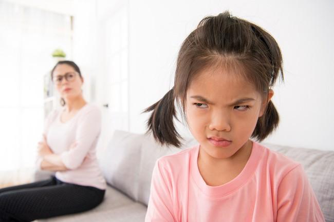Con lúc nào cũng nói trả treo, cãi tay đôi lại? Cha mẹ hãy làm ngay theo lời khuyên này của chuyên gia để trị thói xấu đó của bé - Ảnh 3.