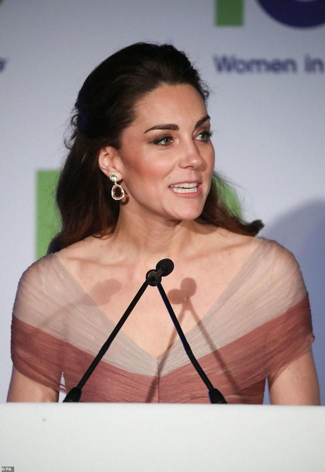 """Kate Middleton cũng bận """"chạy show"""" sự kiện: vừa từ nàng công sở đã hóa nữ thần sang chảnh khiến dân tình điên đảo - Ảnh 7."""