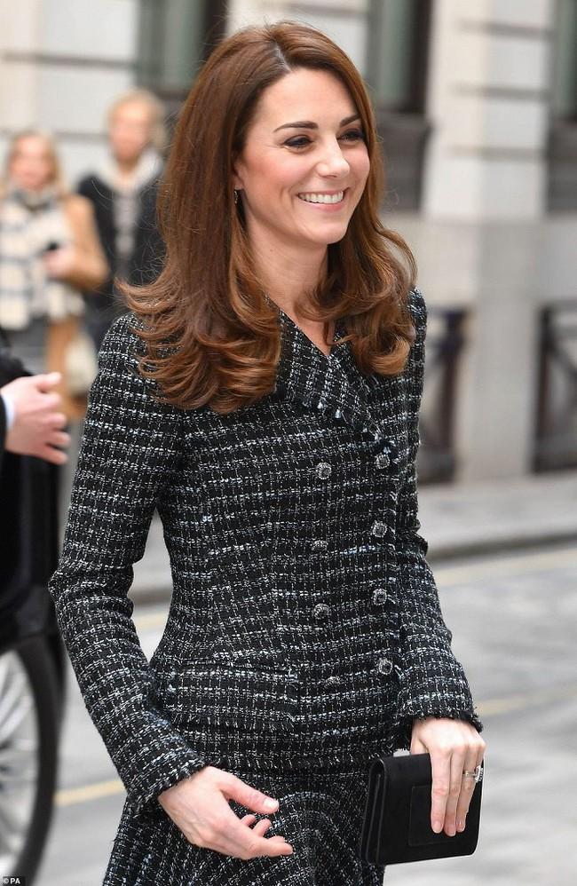 """Kate Middleton cũng bận """"chạy show"""" sự kiện: vừa từ nàng công sở đã hóa nữ thần sang chảnh khiến dân tình điên đảo - Ảnh 1."""