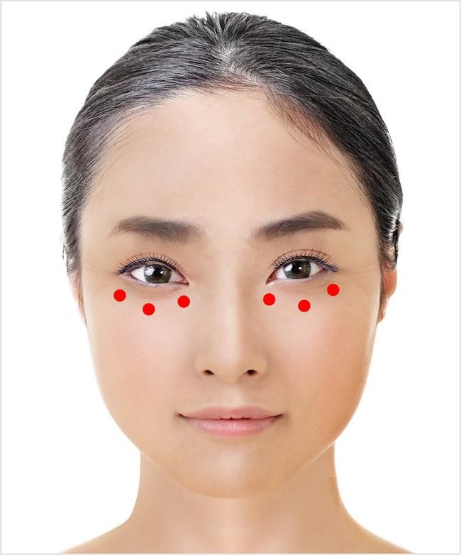 Nhờ thao tác chưa đến 1 phút này mà phái đẹp Nhật lúc nào cũng có đôi mắt trong trẻo không chút quầng thâm, nếp nhăn tuổi tác - Ảnh 9.