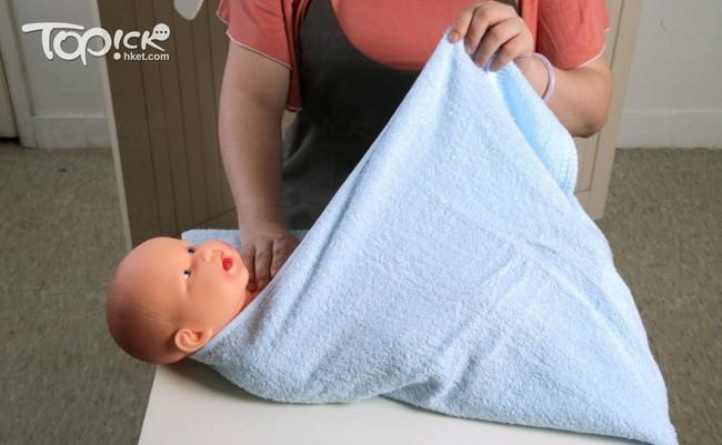 Lưu ý các mẹ không thể bỏ qua khi giúp con ợ hơi và cách quấn khăn chuẩn xịn dành cho các mẹ mới sinh - Ảnh 3.