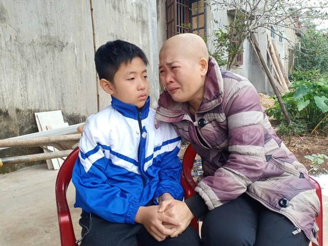 """Lời khẩn cầu của đứa trẻ mồ côi cha, mẹ mắc bệnh hiểm nghèo: """"Cháu đã mồ côi bố, nếu mẹ mà chết thì cháu biết sống với ai?"""" - Ảnh 1."""
