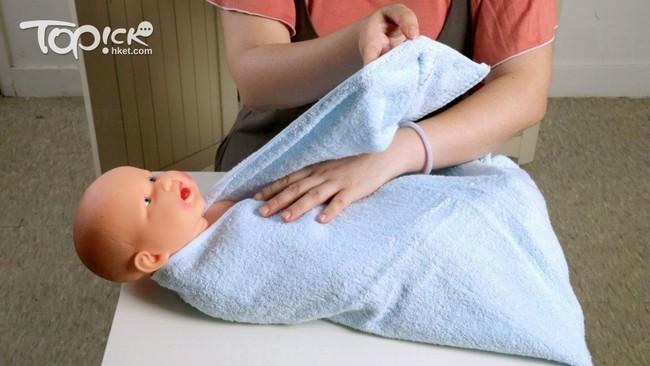 Lưu ý các mẹ không thể bỏ qua khi giúp con ợ hơi và cách quấn khăn chuẩn xịn dành cho các mẹ mới sinh - Ảnh 4.