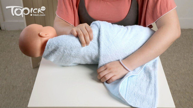 Lưu ý các mẹ không thể bỏ qua khi giúp con ợ hơi và cách quấn khăn chuẩn xịn dành cho các mẹ mới sinh - Ảnh 5.