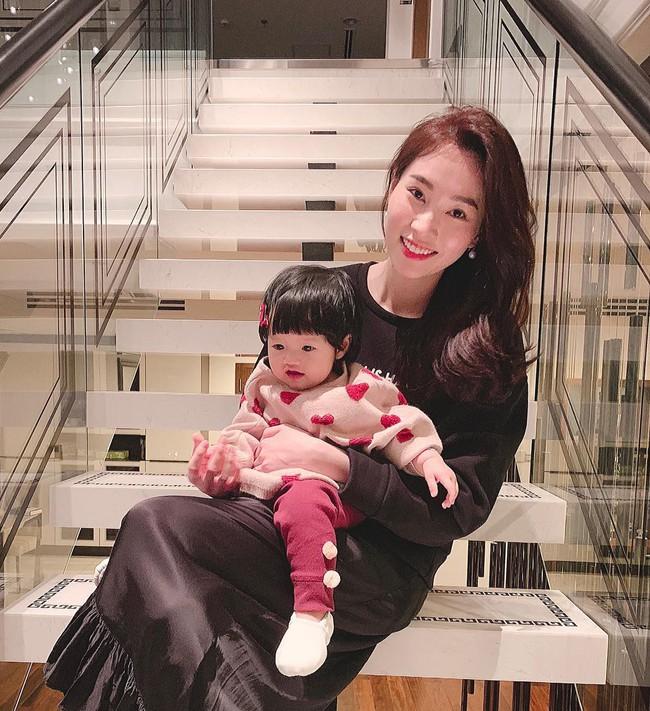 Chưa tròn 1 tuổi mà ba tiểu công chúa nhà sao Việt đã được dự đoán xinh đẹp, sành điệu ăn đứt mẹ  - Ảnh 6.
