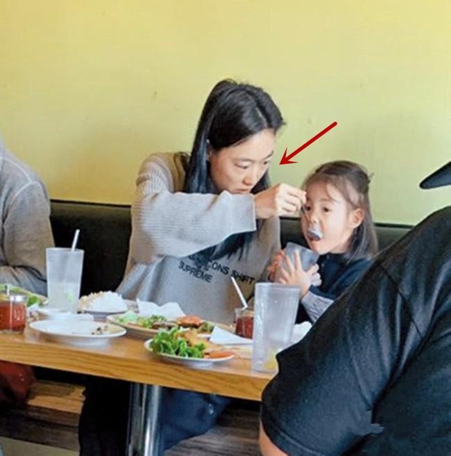 Gia đình Trần Quán Hy 3 người cùng đi ăn nhưng hành động của ông bố lại khiến mọi người hoài nghi về hình tượng người cha tốt - Ảnh 2.