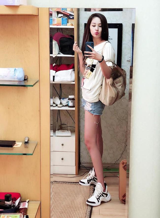 Hòa theo xu hướng, Hoa hậu HHen Niê cũng sắm thêm cho mình một đôi sneaker gần 30 triệu - Ảnh 4.