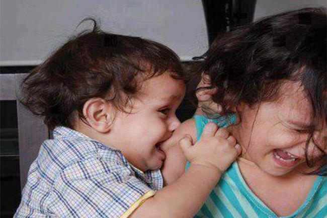 Cách xử lý triệt để khi bé con bỗng dưng lên cơn muốn cắn mọi thứ xung quanh mà các mẹ cần phải nhớ - Ảnh 1.