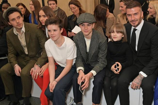 Ngồi ghế đầu dự show của mẹ Vic, bé Harper chiếm hết spotlight với diện mạo hệt như phiên bản nhí của Tổng biên tập Anna Wintour - Ảnh 2.
