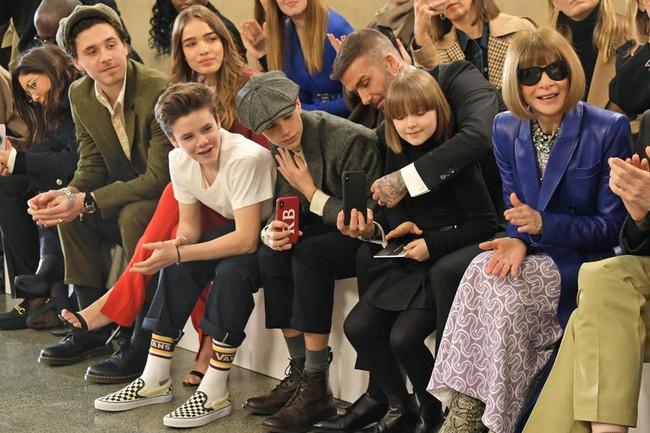 Ngồi ghế đầu dự show của mẹ Vic, bé Harper chiếm hết spotlight với diện mạo hệt như phiên bản nhí của Tổng biên tập Anna Wintour - Ảnh 5.