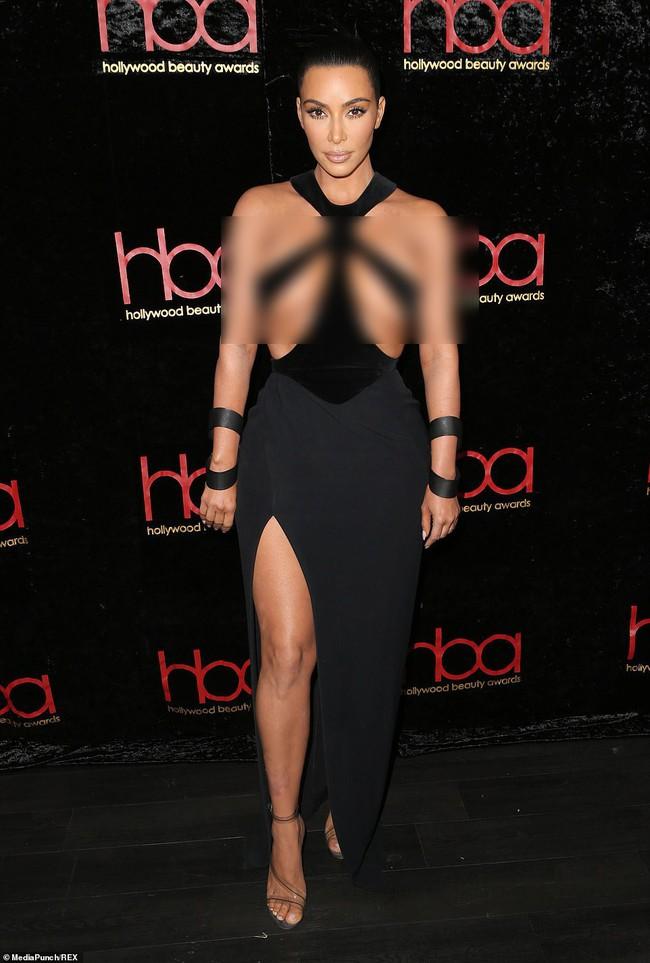 Hết hồn với bộ đầm của Kim Kardashian: Chẳng muốn nói đâu nhưng mặc thế này thì khác gì là không mặc! - Ảnh 1.