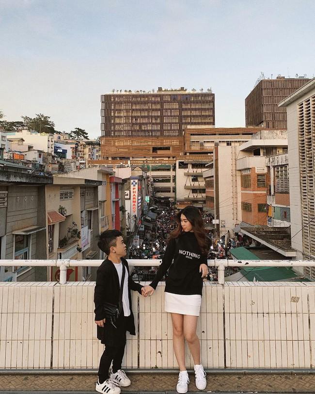 Chàng lùn 1m26 Xuân Tiến chỉ đứng tới vai bạn gái nhưng chụp ảnh couple kiểu gì cũng thấy đẹp mà tình nữa chứ - Ảnh 7.