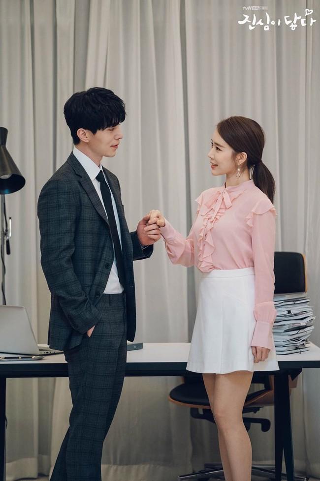 Trở thành thư ký của Lee Dong Wook, Yoo In Na mặc đẹp và sang chảnh tới mức biến công sở thành sàn diễn trong Chạm vào tim em - Ảnh 10.