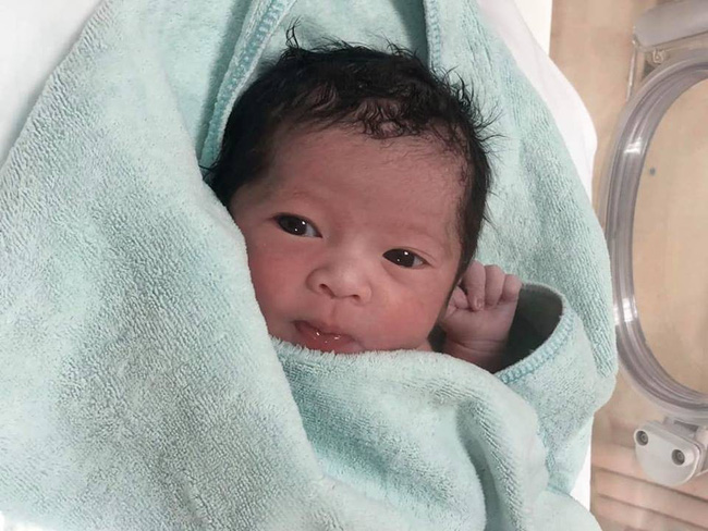 2 tháng tuổi, Sam Sam nhà Hằng Túi đã dần lột xác, từ em bé da ngăm thành cô bé trắng trẻo xinh đẹp như nàng thơ - Ảnh 1.