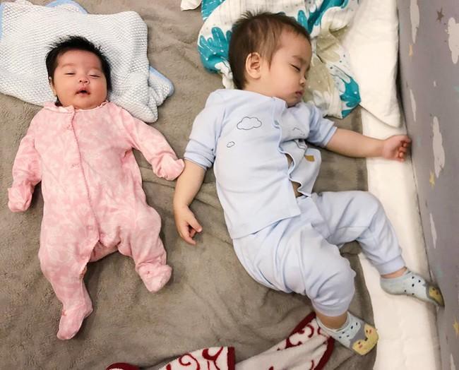 2 tháng tuổi, Sam Sam nhà Hằng Túi đã dần lột xác, từ em bé da ngăm thành cô bé trắng trẻo xinh đẹp như nàng thơ - Ảnh 5.